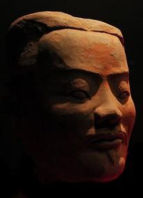 Cabeza de un guerrero de terracota de Xiam, sorprendente  rostro milenario de gran belleza. En esta fotografía podemos ver la gran habilidad y dominio de los artistas chinos de la antigüedad a la hora trabajar con materiales como la terracota ,cerámica y todo sus otros derivado
